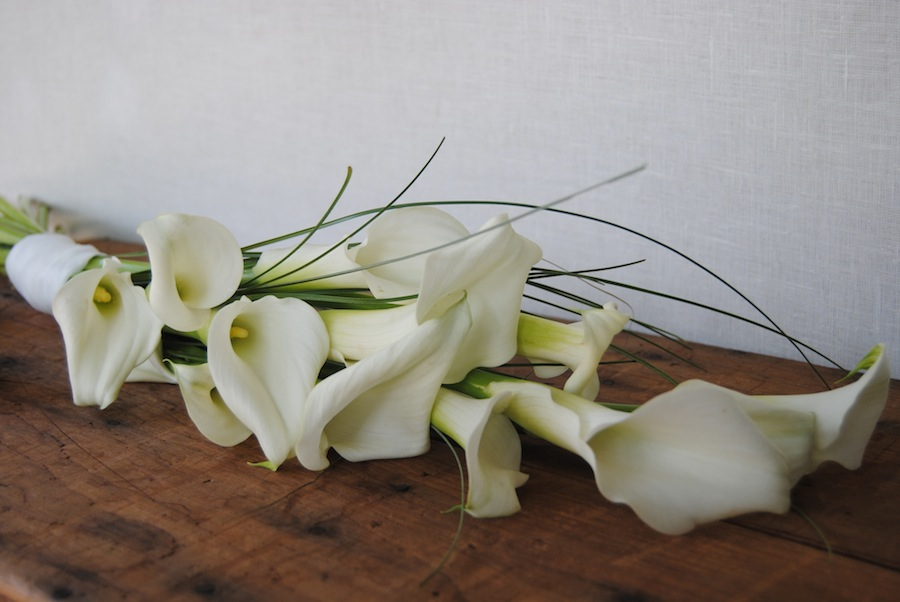 Ramo de novia con calas blancas
