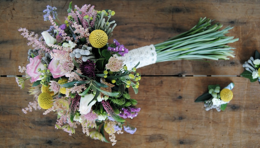 ramo de novia silvestre en rosa suave y amarillo