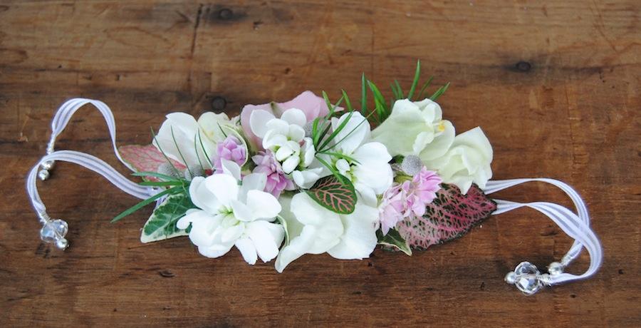 detalle de pulsera de flores