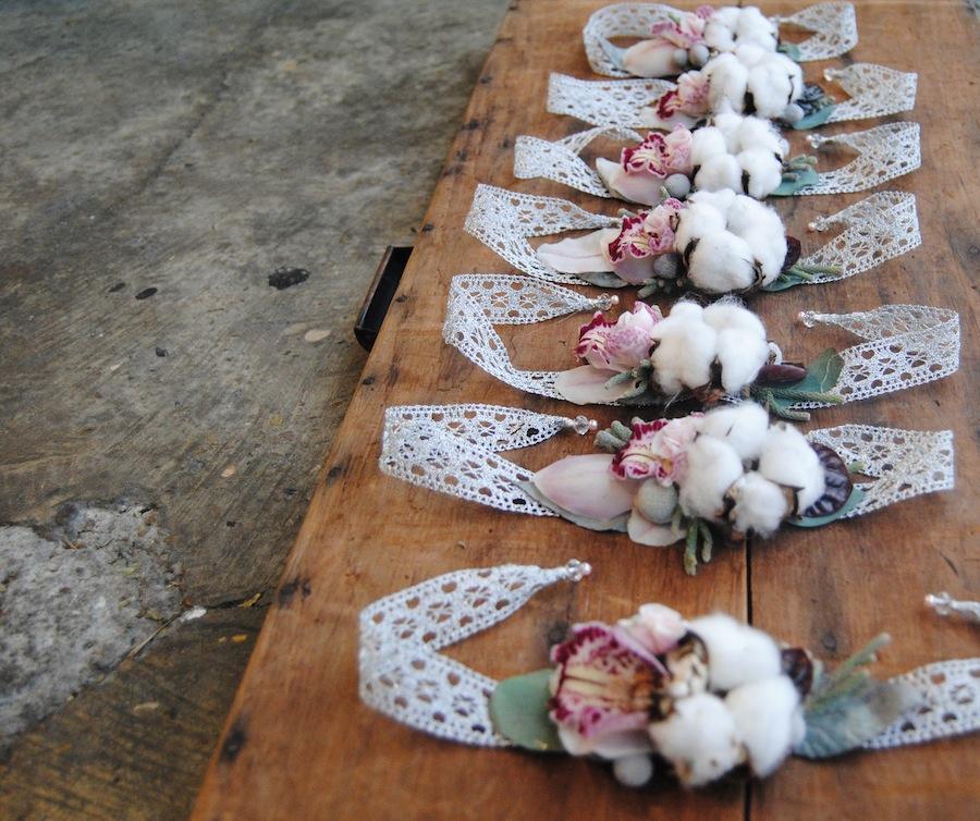 Pulseras con flor para las amigas de la novia