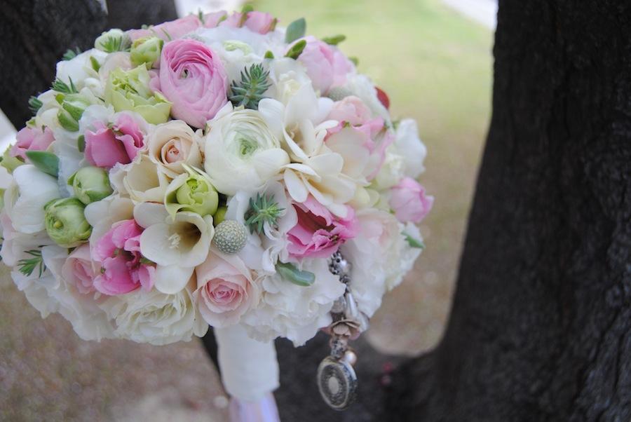 Ramo de Novia Romántico en blanco y rosa personalizado con camafeo