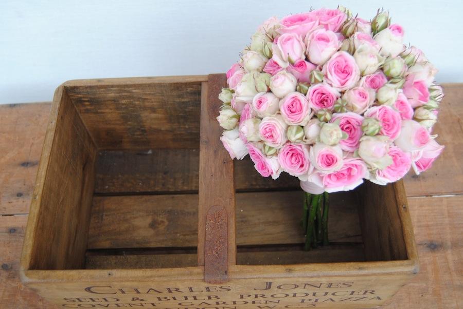 Ramo de novia con rosas pequeñas en tono rosa envejecido