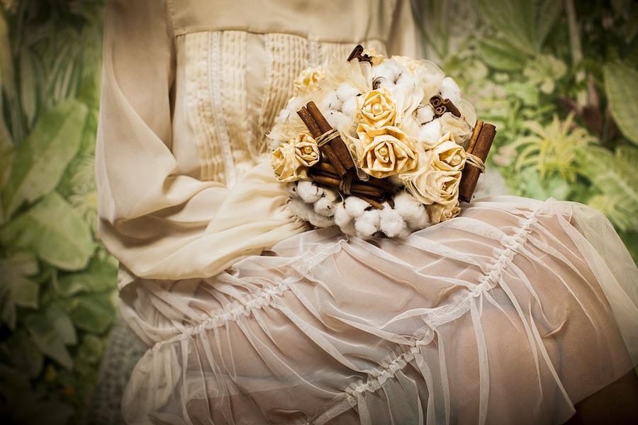 Ramo novia con flor de algodon, canela y flores de tela
