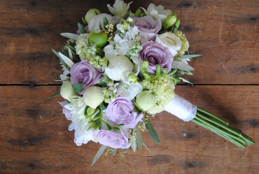 ramo de novia espaceial en lila, blanco y verde con olivo