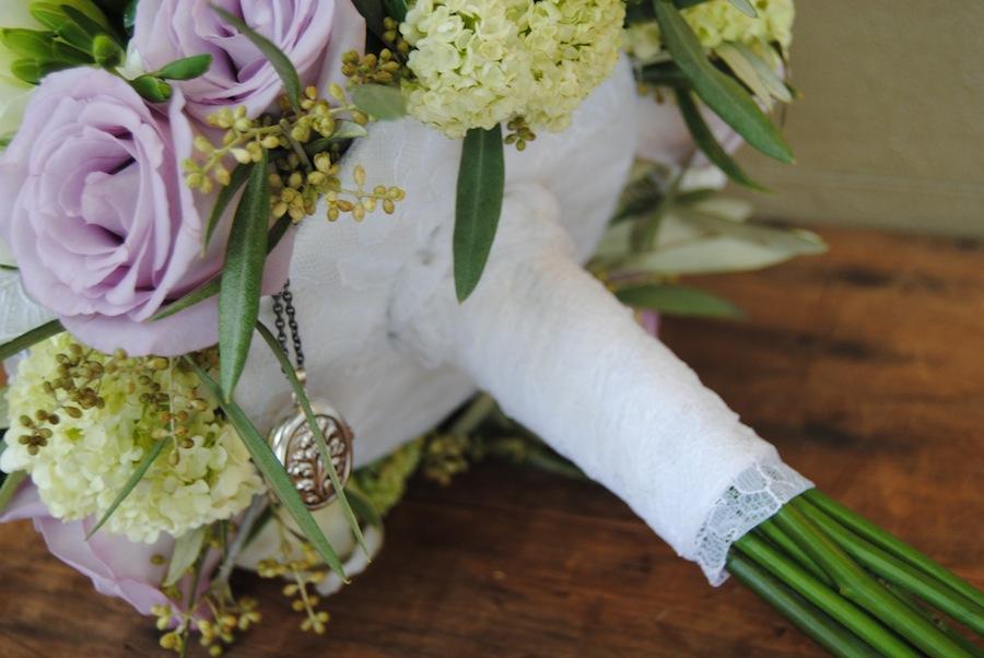 tallos de ramo de novia con encaje y camafeo