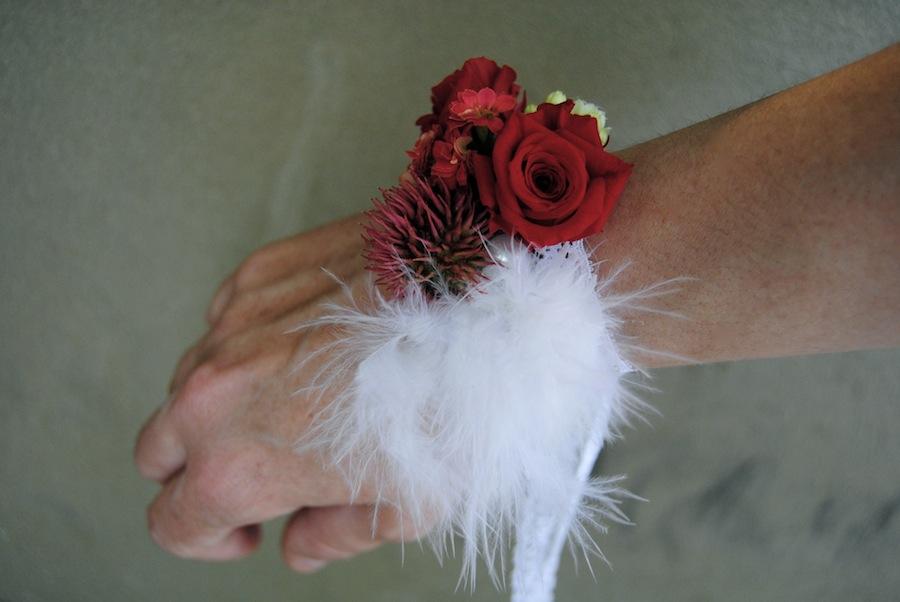 pulseras florales o corsages rosas rojas