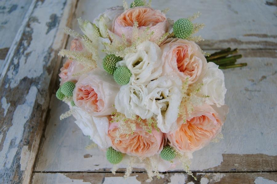Romántico ramo de novia con rosas David Austin, rosas de jardín