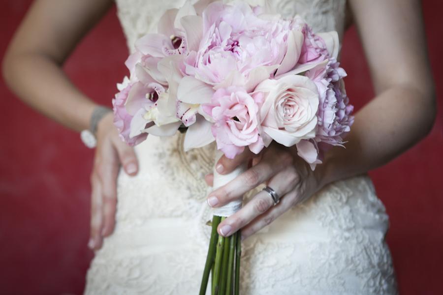 ramo de novia especial con peonias y orquideas tonos vintage
