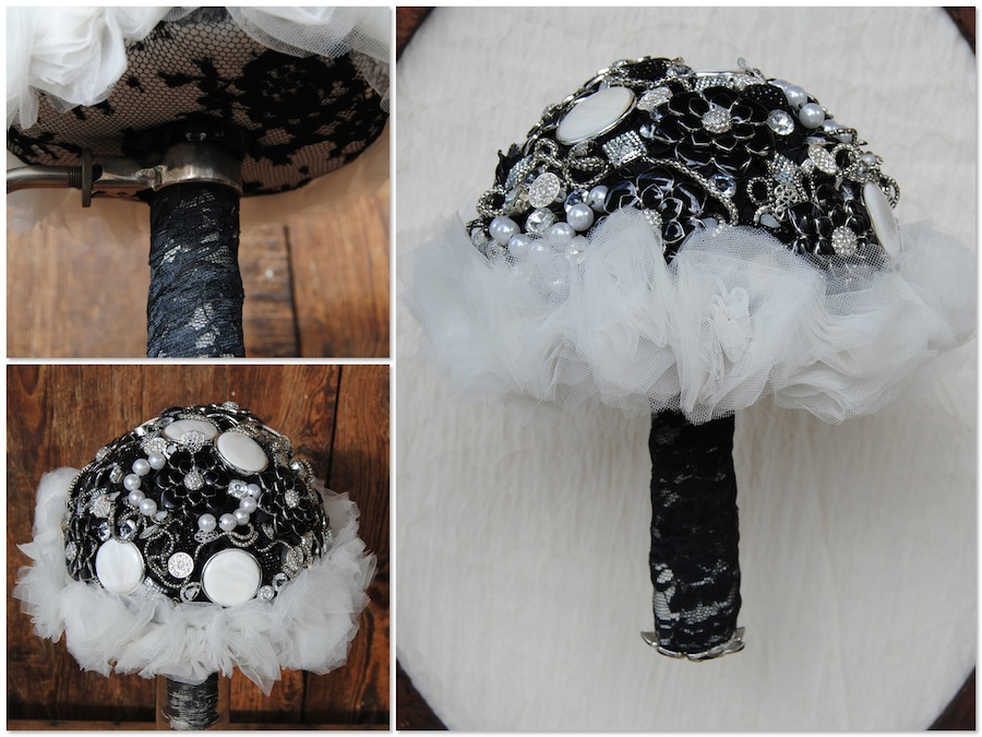 Ramo de novia en blanco y negro con broches y fantasía
