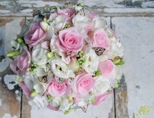 Ramo de novia en rosa y blanco con muchos detalles