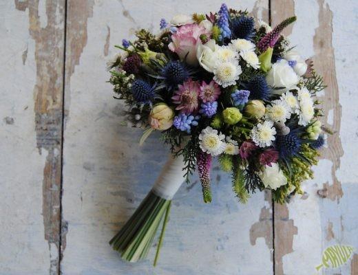 Ramo de novia silvestre con flores azules