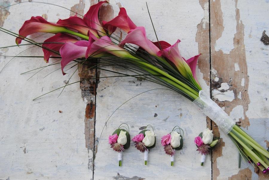 ramo de novia con calas fucsias. Un ramo de novia diferente