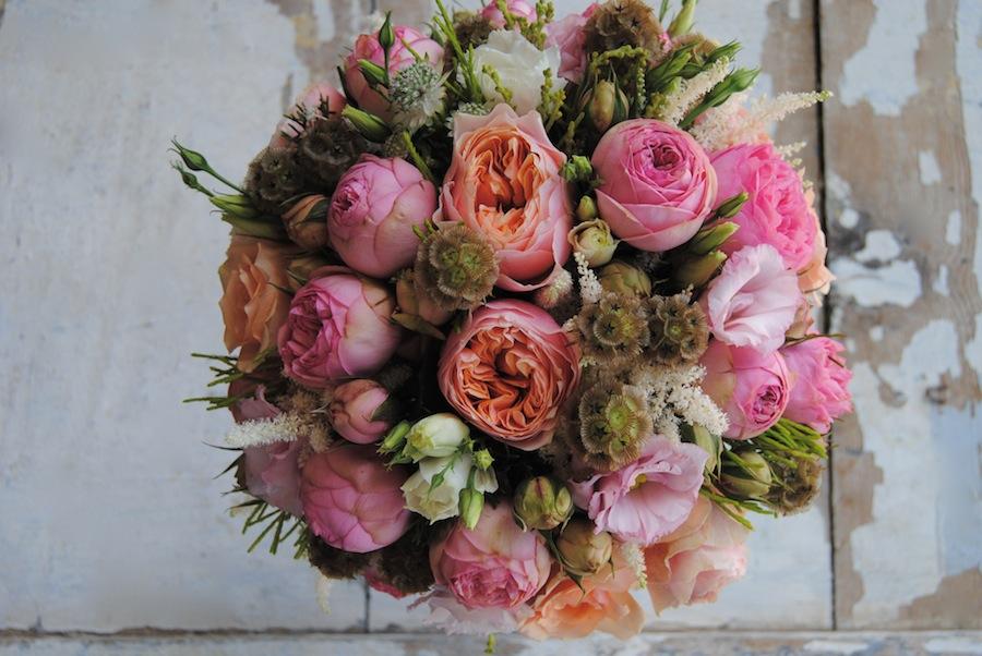 ramo de novia en tonos melocotón y rosa con rosas de jadín.
