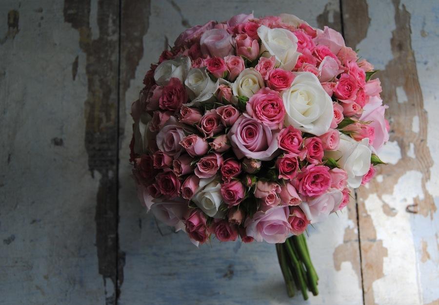 ramo de novia con rosas en blenco, rosa y fucsia.