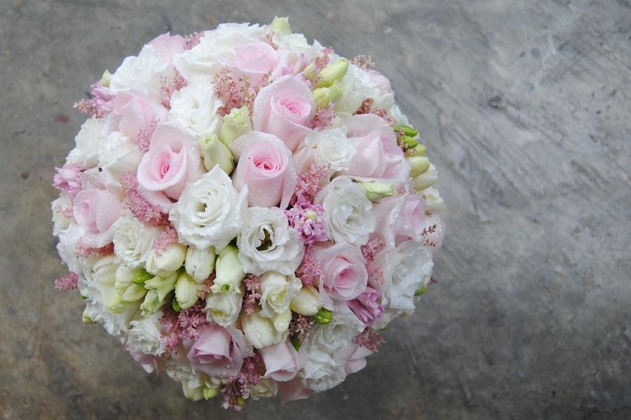 ramo de novia clásico y dulce en blanco y rosa bebé.