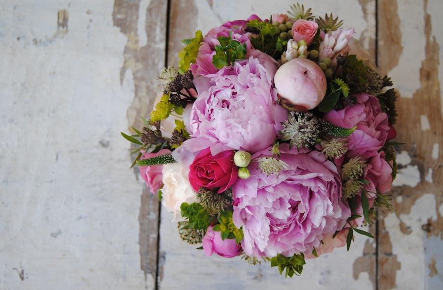 Ramo de novia con peonias, rosas de jardín y bupleurum , freco y natural .