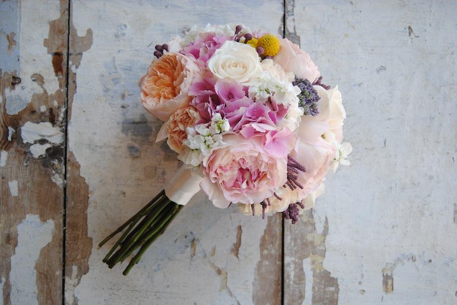 Ramo de novia con rosas David Austin Juliet , hortensia y alelhi.