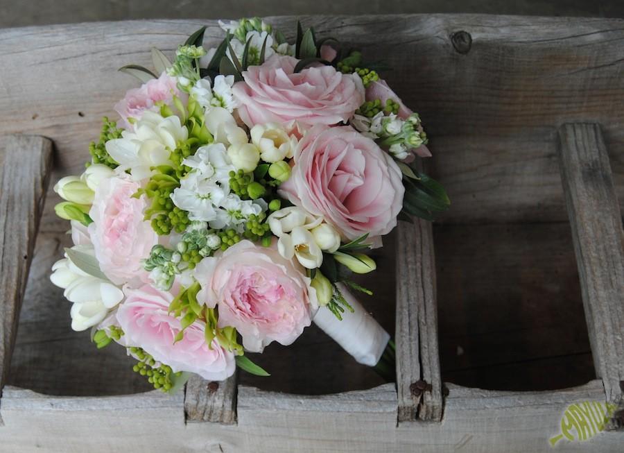 bouquet de novia clásico en tonos suaves con un efecto muy natural