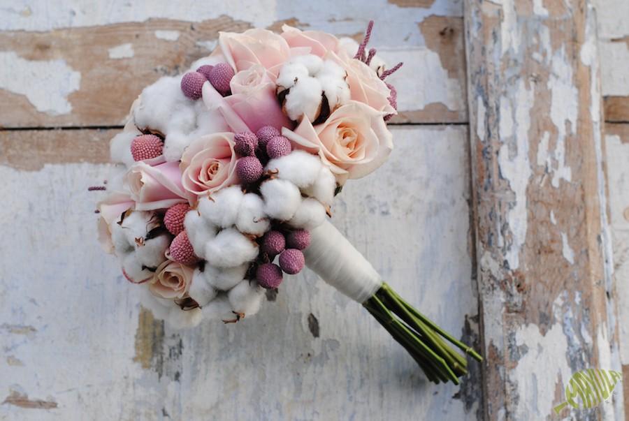 Ramo de novia de invierno con algodón y rosas