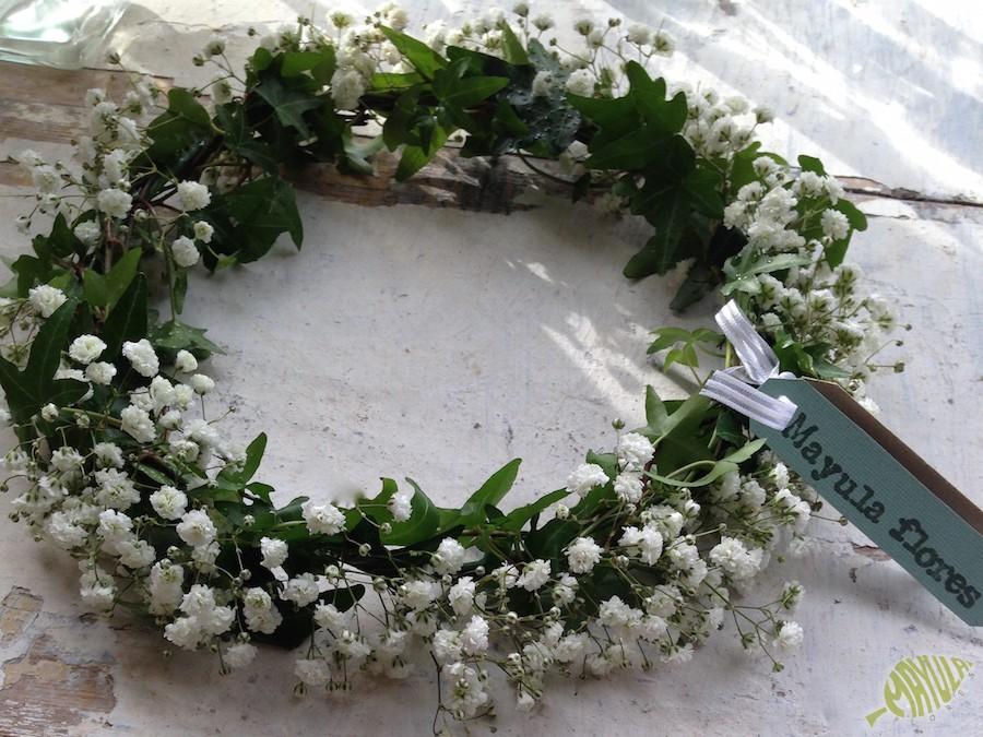 Corona con flores naturales para niña con paniculata y hiedra